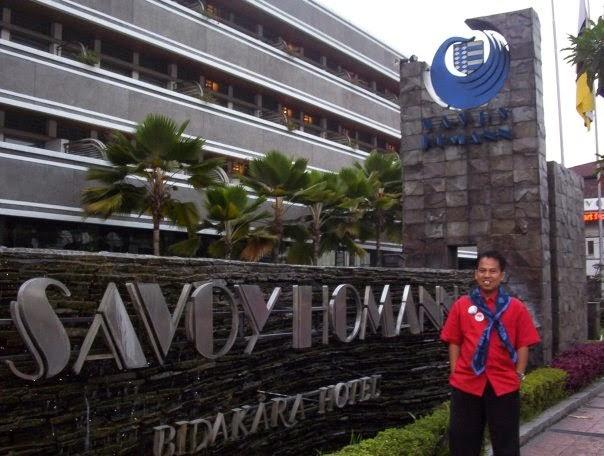 BANDUNG :  Saya di depan SAVOY BANDUNG saat mengikuti IYC tahun 2015 yang lalu.  Kini berkunjung ke kota Bandung semakin mudah dengan TRAVELOKA.  Foto Asep Haryono