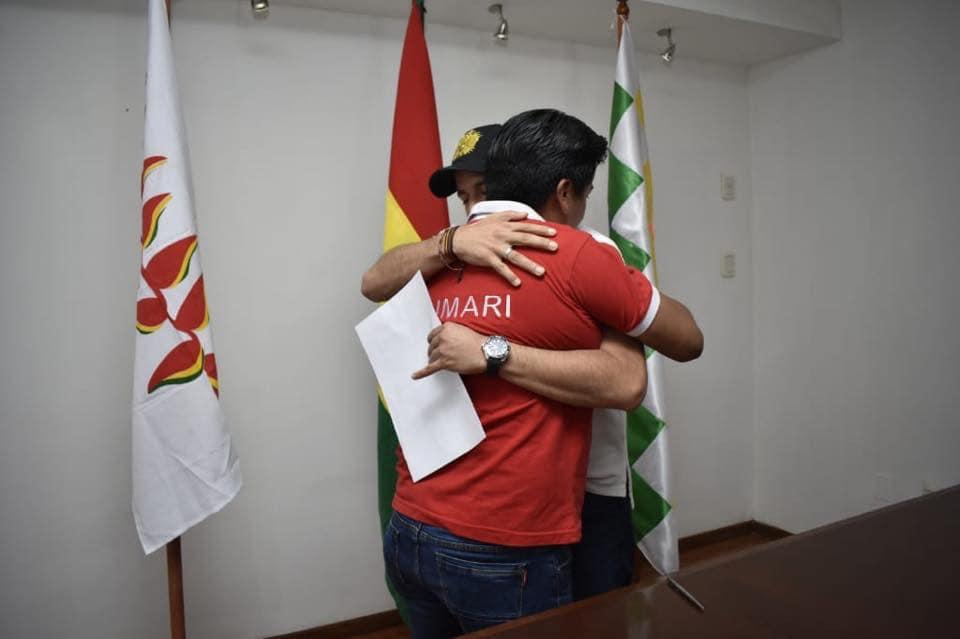 El abrazo entro los dos líderes cívicos que ahora dan un paso sin retorno hacia la política  / FACEBOOK