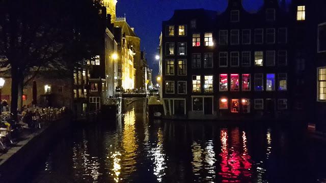 Canal en el Barrio Rojo de Ámsterdam