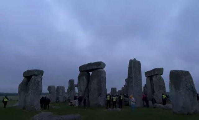 Stonehedge: «Πάρτι» για το θερινό ηλιοστάσιο με εκατοντάδες συγκεντρωμένους – Αψήφησαν τα μέτρα