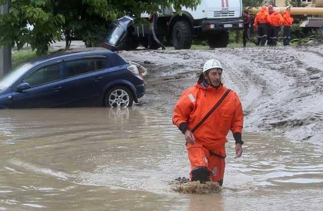 Наводнение в Сочи: вода заливает жилые дома, а машины уносят бурные потоки