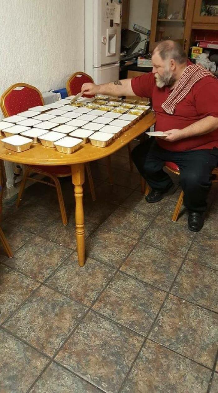 30 Heartwarming Photos That Restored Our Faith In Humanity - Brian The Retired Dublin Gentleman Spent His Evening Making 50 Tubs Of Curry For The Homeless, Every Single Night.