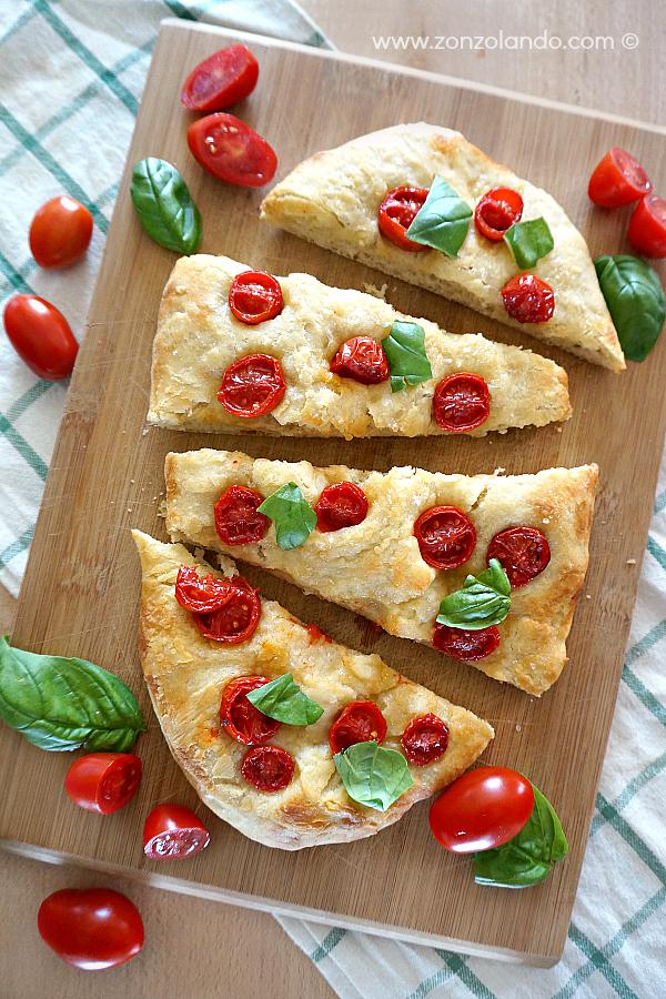 Focaccia con i pomodorini ricetta per farla in casa morbida e soffice cherry tomato flat bread recipe