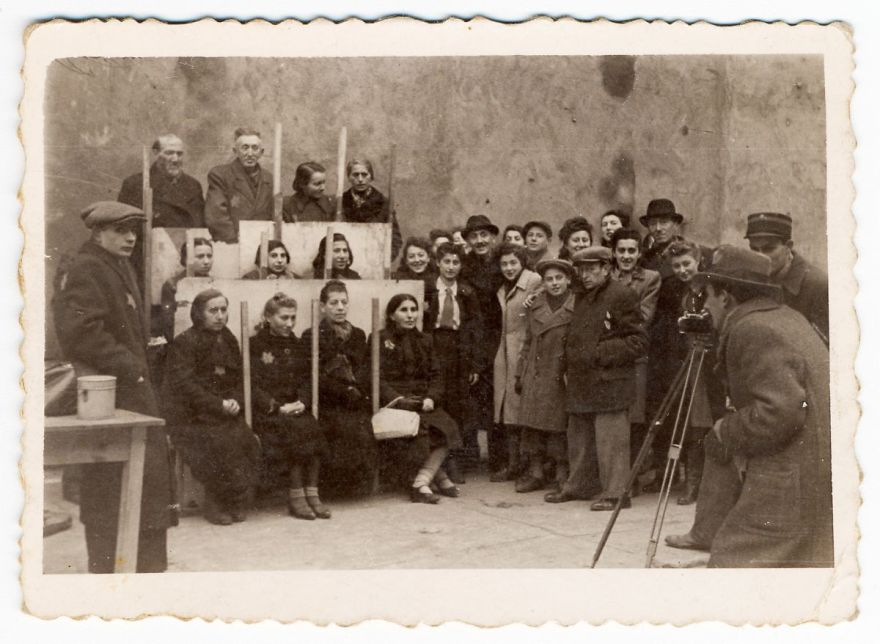 These 32 Pictures Had Been Buried For Years. The Reason Is Heart-Breaking - 1940: Henryk Ross Photographing For Identification Cards, Jewish Administration, Department Of Statistics