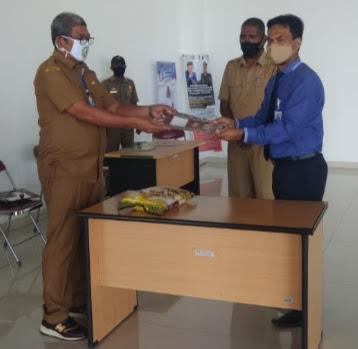 Bupati Maluku Tenggara M Thaher Hanubun saat menerima secara simbolis bantuan beras dari Bank BPR Modern Ekspress