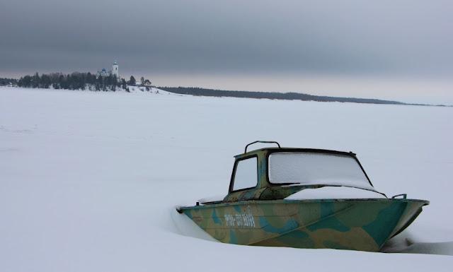 Лодка на берегу зимой