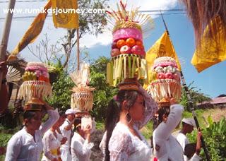 honeymoon di bali melihat iring iringan upacara hindu