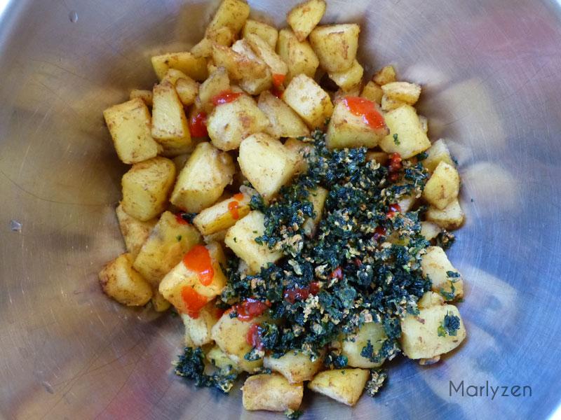 Mélangez les pommes de terre, le jus de citron, le piment, l'ail et la coriandre.