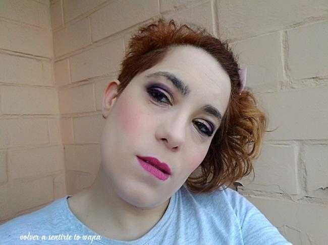 Maquillaje en dorado, morado y negro