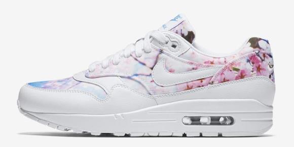 35a7248c57 Nike Air Max 1 Print - ebben a változatban főleg a kék szín dominál, a cipő  sarkán láthatjuk a tényleges sakura mintát.