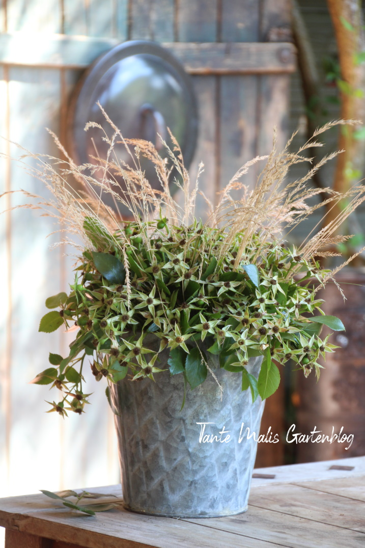Deko mit Naturmaterialien Rosenschnitt und Gräser