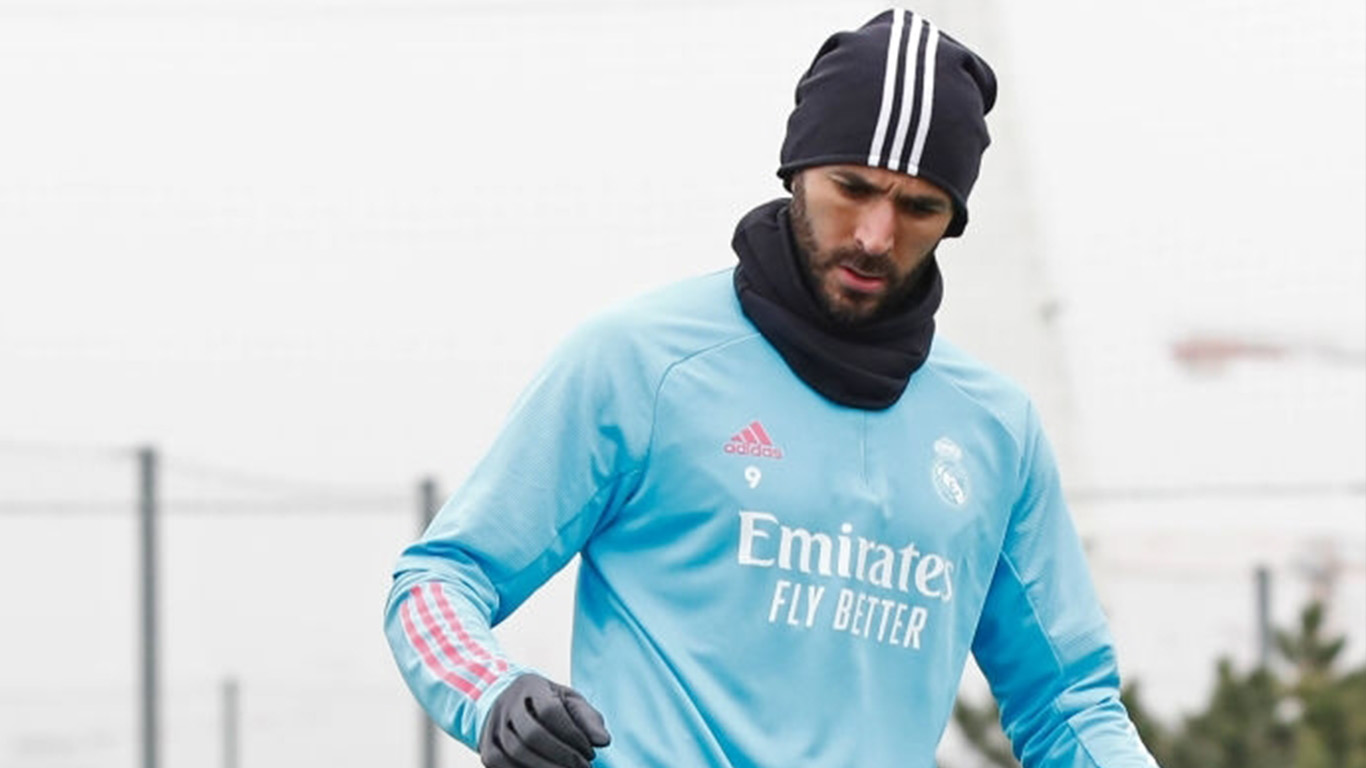 karim-benzema-of-real-madrid-cf-in-action-during-a-training-news-photo