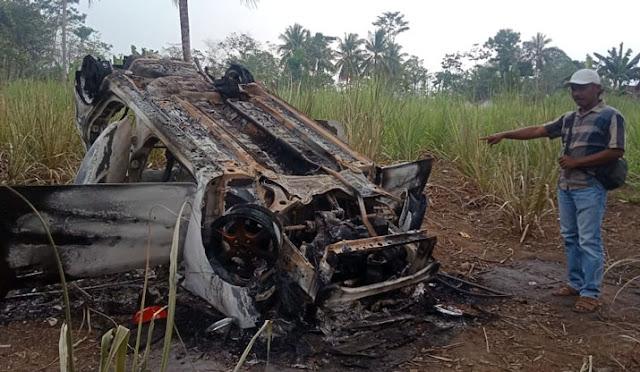 Beginilah kondisi bangkai  mobil yang dibakar massa