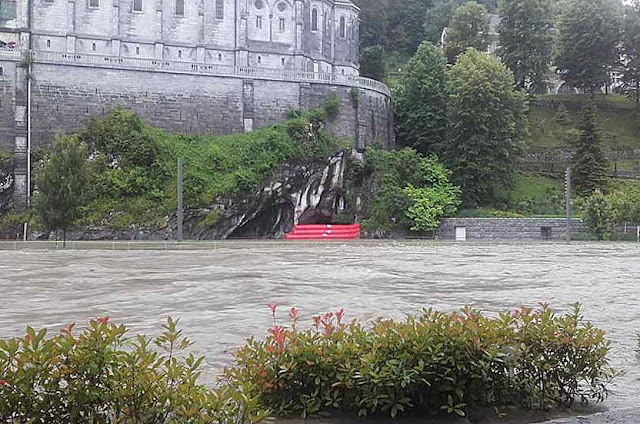Visão de conjunto da enchente na Gruta de Lourdes.