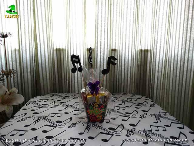 Enfeites de centro e toalhas para as mesas dos convidados
