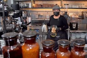 Amalia Corina, la primera cholita barista que se abre camino en el país