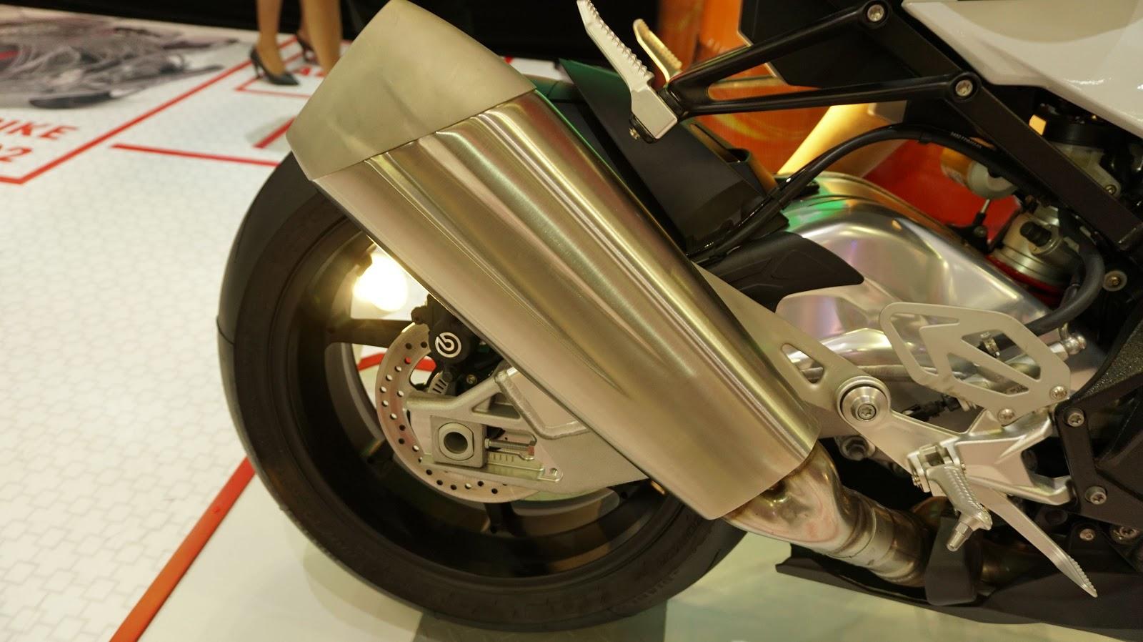 Bánh sau một phanh đĩa với ABS, ống xả của xe chắc chắn, thể thao và to bản