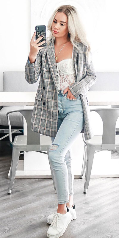 Blazers one of those important wardrobe staples that everyone should have. See these 22 Catchy Blazer Outfits to Stand Out from The Crowd. Coat + Jacket Outfits via higiggle.com #blazer #jacket #casualoutfits