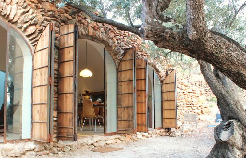 Terraza casa de campo con ventanas abovedadas