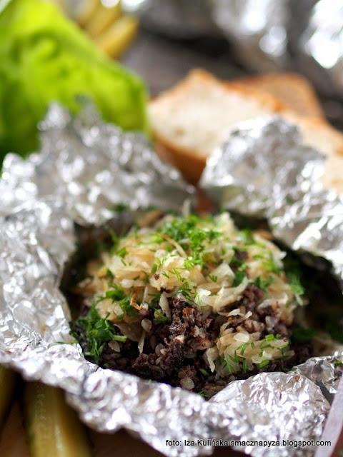 kaszanka z grilla w papilotach , kaszanka zapiekana z cebulą i kapustą kiszoną , grill , grillowanie , potrawy z grila