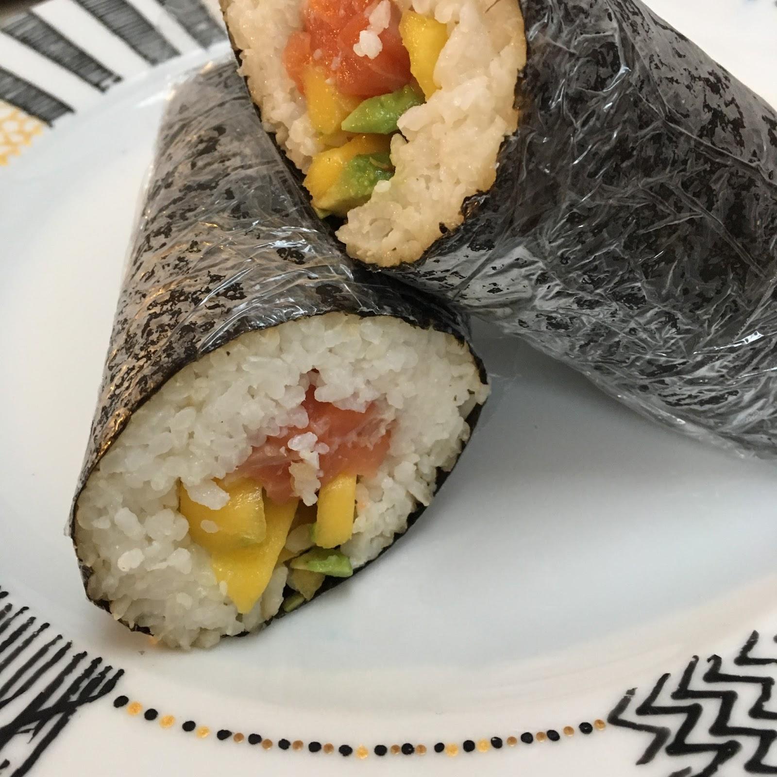 Sushi rolky Sushi sendviče s avokádem, mangem a lososem