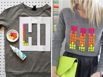 Camisetas customizadas e personalizadas estão super na moda, afinal, customização é uma ótima ideia de transformar roupas em peças exclusivas. Para quem gosta de moda e estilo sabe que customização é algo muito cobiçado por todos. Afinal quem não adora a ideia de ter algo totalmente dentro do seu gosto? São inúmeras opções do que você pode fazer.  Para transformar camisas, malhas ou vestidos antigos em outras peças de roupas novas e estilosas é só abusar da criatividade.