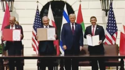 لحظة التوقيع على اتفاقية السلام بين الإمارات والبحرين وإسرائيل