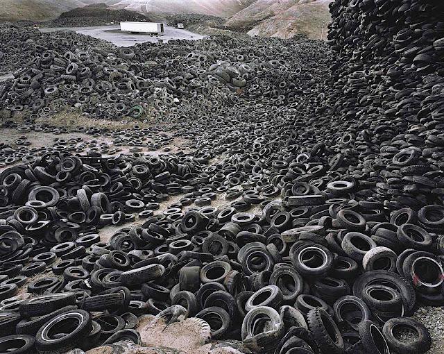 Edward Burtynsky, Oxford Tire Pile Westley California 1999