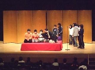 生徒参加の落語体験コーナーの風景です。