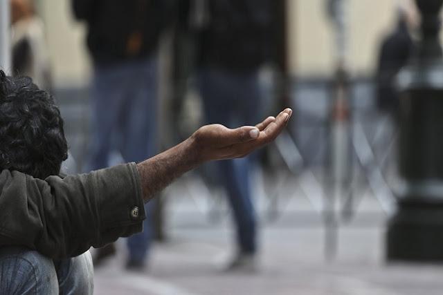 Στην Ιταλία πολίτες ικετεύουν τις τράπεζες να τους δώσουν 50 ευρώ για τρόφιμα video