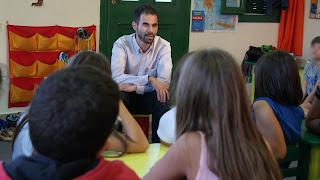 Ο Βαγγέλης Αυγουλάς συζητάει με τα παιδιά