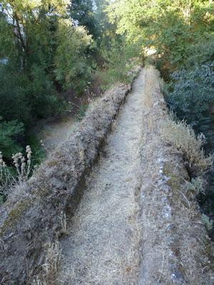 Acequia de Santa antes de Romayla a su paso por el acueducto de San Pedro
