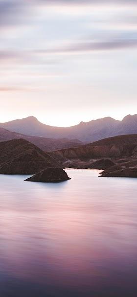 خلفية إطلالة جبلية على مياه البحيرة الساكنة