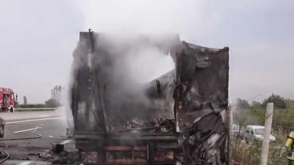 Κάηκε ολοσχερώς νταλίκα που μετέφερε ελιές στον κόμβο Αγ. Θεοδώρων στην Εθνική