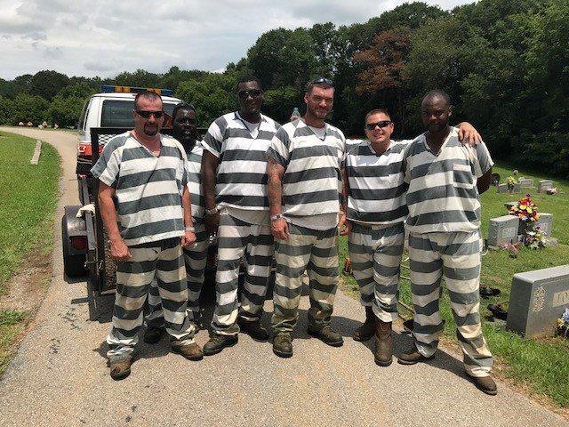 Presos salvan la vida de guardia y les acortan la sentencia