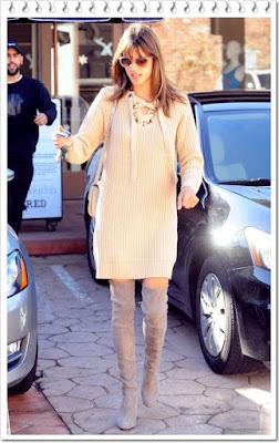 アレッサンドラ・アンブロジオ(Alessandra Ambrosio)は、アンソロポロジー (Anthropologie)のニットワンピース、セリーヌ (Celine)のショルダーバッグ、スチュアートワイツマン (Stuart Weitzman)のサイハイブーツを着用。