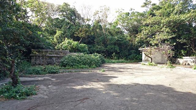 照屋グスクの拝所と古墓の写真