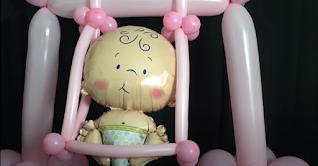 Luftballonmodellage einer Babyschaukel für die Mottoparty.