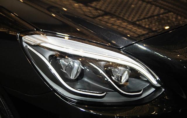 Cụm đèn trước Mercedes AMG SLC 43 sử dụng Công nghệ LED thông minh, thiết kế sắc nét