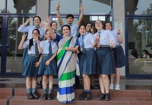 स्कूल के प्रिंसिपल भूपिंदर गोगिया के साथ टॉपर्स