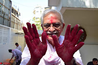 Gulzaar Celeting Holi at his Home 13 03 2017 011.JPG