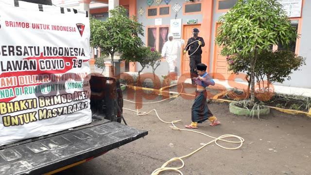 Brimob Kompi 3 Batlyon B Semprotkan disinfektan Guna Kenyamanan Belajar Pesantren Di Aceh Tengah