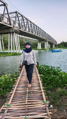 Makan di bawah jembatan