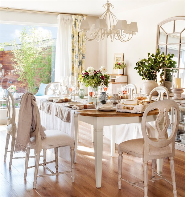comedor en tonos blancos con detalles floresles chicanddeco
