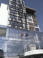 pembersihan kaca gedung