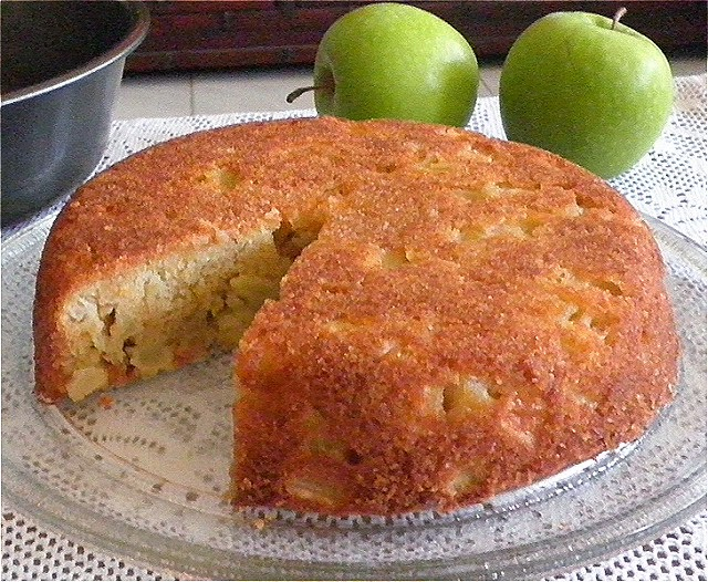 TREAT & TRICK: FRESH APPLE CAKE