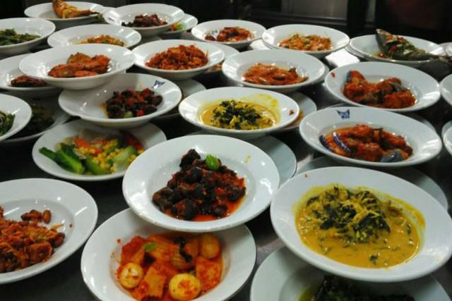 Nasi Padang dan Segala Kenikmatannya;Nasi Padang dan Sebutannya;Nasi Padang Terdekat yang Selalu Mengambil Hati Pecinta Kuliner;