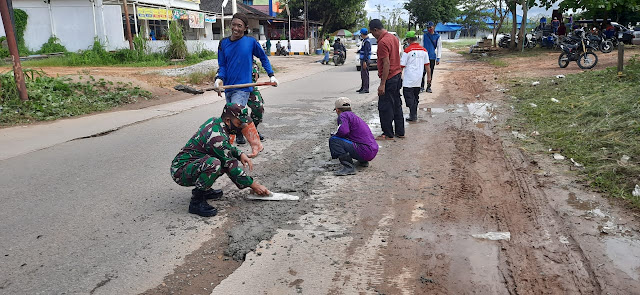 Babinsa Kota Bangun Bersama Warga Gotong Royong Perbaiki Jalan