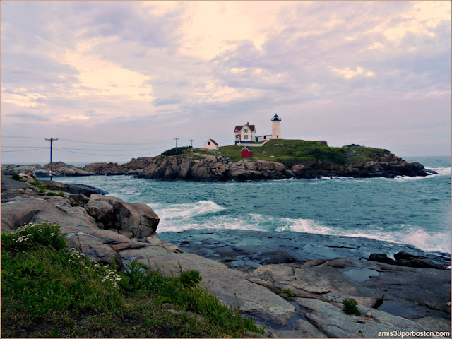 Atardecer en Nubble Lighthouse en Cabo Neddick, Maine