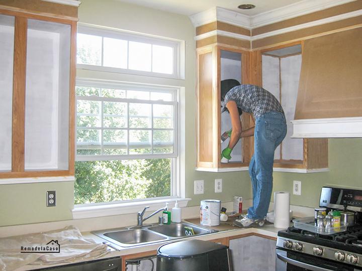 Cristina Garay pintando gabinetes de cocina